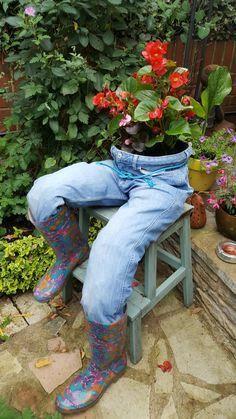 Denim Planter & Y & bits and pieces & Kräutergarten Design & post Denim Planter Garden Yard Ideas, Diy Garden Projects, Garden Crafts, Diy Garden Decor, Garden Planters, Fall Yard Decor, Herb Garden, Design Jardin, Garden Design