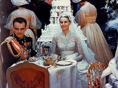 Grace Kelly e Ranieri mangiano la torta nuziale