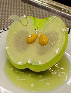 Les mirifiques desserts de Benoît Charvet au Relais Bernard Loiseau. Ceci n'est pas une pomme ! Le montage est chirurgical, entre le coulis de pomme, le sorbet pomme &  jasmin, la tuile croustillante aux éclats de sablé, gelée et compote de pomme Granny-Smith.