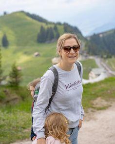 WANDERLUST 🌞🥾Wo zieht es Euch diesen Sommer hin? Bei uns beginnen bald die Sommerferien und ich werde mit meiner Familie die Schweiz entdecken, sowie meine Familie in Österreich besuchen. Ich freue mich sehr, dass dies wieder möglich ist und ich vermisse meine Mutter schon sehr 💛 Viele Tipps für Reisen mit Kindern findet ihr bereits auf meinem Blog in der Rubrik Lifestyle 🌞 Alles Liebe Eure Doris 😘 . . . #wandern #familie #travel #reisen #schweiz #switzerland #familytime #wonderful… Wanderlust, Blog, Instagram, Miss My Mom, Family Friendly Recipes, Traveling With Children, Switzerland, Hiking, Summer