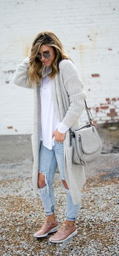 Comfy and Cozy Long Cardigan Outfits For This Season With the cooler months in mind, long cardigan outfits are back on the style scene and better than ever. Here are stylish long cardigan outfits you must see! Outfits With Grey Cardigan, Long Grey Cardigan, Winter Dress Outfits, Casual Fall Outfits, Fall Winter Outfits, Winter Cardigan, Dress And Sneakers Outfit, Outfit Jeans, Winter Hipster