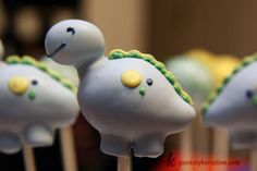 dino cake pops- this may be the cutest thing i have ever seen Dinosaur Cake Pops, Dino Cake, Dinosaur Dinosaur, Dinosaur Birthday Party, 3rd Birthday, Birthday Ideas, Cookie Pops, Marshmallow Pops, Salty Cake