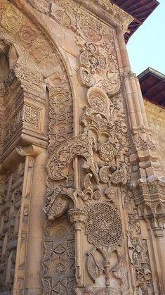 93-Turhan Nacar- DİVRİĞİ ULU CAMİ VE DARRÜŞİFASI... _________________________________________________________ Divriği Ulu Cami ve Darüşşifası, Sivas'ın Divriği ilçesindeki tarihi cami ve hastane. Cami 1228–29 yıllarında Mengücekli beyi Ahmed Şah tarafından; Dârüşşifa ise aynı tarihte, Ahmed Şah'ın eşi ve Erzincan beyi Fahreddin Behramşah'ın kızı olan Turan Melek tarafından Ahlatlı Muğis oğlu Hürrem Şah adlı bir mimara yaptırılmıştır. Sacred Architecture, Architecture Design, Cultural Crafts, Baroque Art, Grand Mosque, Ancient Art, Islamic Art, Abandoned Places, Places To See