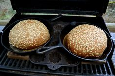 bake artisan bread in the BBQ. Cooking Bread, Dutch Oven Cooking, Cast Iron Cooking, Bread Baking, Grilled Bread, Survival Food, Artisan Bread, Camping Meals, How To Make Bread