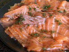 GRAVLAX DE SAUMON (600 g de saumon, 200 g de gros sel, 100 g de sucre, aneth, graines de coriandre, poivre en grain, baies roses) - Salage : 24 h