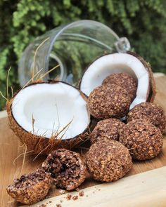 COCO BALLS ♡   Ingredientes:  1 y 1/4 taza de Avena en hojuelas.  1/3 de coco rallado.  1 cda de extracto de vainilla.   2 claras de huevo.   4 sobres de edulcorante.  1 cdta de cacao en polvo.  2 slice de chocolate oscuro derretido. (Opcional)  .  .  .  Preparación :  1. Precalienta horno a 200g C.   2. Vierte en un recipiente todos los ingredie...