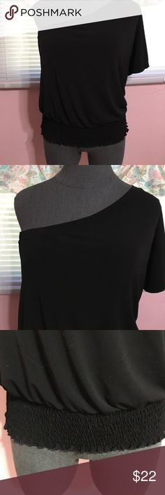 ⬇️price drop ⬇️Lane bryant one shoulder top Lane bryant black one shoulder top. Dressy knit fabric wit a flutter sleeve and elasticize waistband. Size 14/14 Lane Bryant Tops Blouses