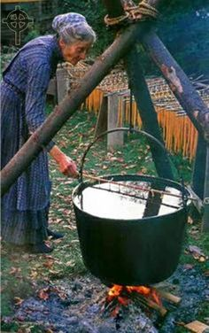 El Circulo Celta: Consejos de Bruja ( Limpieza del caldero ).   Tasha Tudor dipping her candles in tub of hot wax on her 450 acre farm in Vermont, built by her son, Seth, with hand tools. She lived in her Vermont farmhouse with no water or electricity, where she raised her 4 children after she divorced her husband.