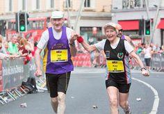 Kay e Joe, ambos com 80 anos e casados há 57, resolveram comemorar o aniversário de casamento de um jeito inusitado. Eles participaram do Cork City Marathon, tradicional maratona que acontece na Irlanda todo verão. Faltando pouco menos de 1 km para a linha de chegada, o casal deu as mãos e terminou a corrida junto, em 5 horas e 23 minutos. Costume, aliás, que os pombinhos mantêm desde a primeira corrida a dois, em 1986. O casal, que foi o primeiro colocado na categoria da sua faixa etária…