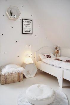 Habitación infantil en total white, que aporta un extra de serenidad