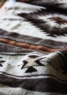 A cozy, tribal print blanket that's perfect for a cabin. American Interior, Wild At Heart, Motifs Textiles, Into The West, Cabin In The Woods, Deco Boheme, Southwestern Style, Southwestern Blankets, Home And Deco