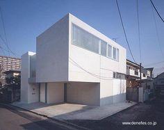 Casa japonesa minimalista geométrica en esquina urbana