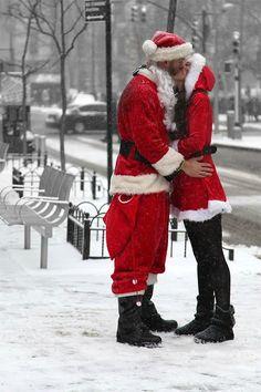 Santa Baby I really like your kisses. Christmas Kiss, Christmas In The City, Little Christmas, Christmas Photos, Christmas And New Year, Winter Christmas, Christmas Feeling, Magical Christmas, Christmas Morning