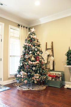 Traditional Rustic Christmas Decor Christmas Living Rooms, Christmas Bedroom, 1st Christmas, Rustic Christmas, Christmas Ideas, Christmas Tablescapes, Christmas Mantels, Tree Decorations, Christmas Decorations
