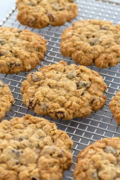 A classic chewy oatmeal raisin cookies recipe made better with old-fashioned rolled oats browned butter cinnamon and nutmeg oatmealcookies cookies cookieexchange Oatmeal Rasin Cookies, Oat And Raisin Cookies, Raisin Cookie Recipe, Oat Cookies, Oatmeal Cookie Recipes, Healthy Cookies, Old Fashioned Oatmeal Cookies, Rolled Oats, Deserts