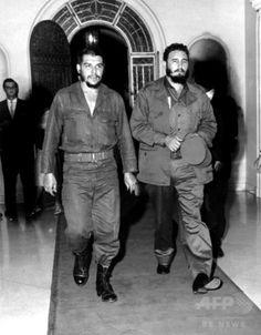 キューバ・ハバナのレストラン「1830」を訪れたキューバ革命の指導者、エルネスト・チェ・ゲバラ氏(左)とフィデル・カストロ氏(1963年撮影)。(c)AFP/CONSEJO ESTADO
