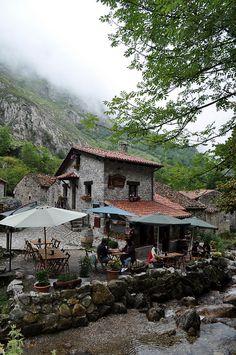 Perdernos de todo y de todos por las montañas, respirar y sonreir. (El pueblo de Bulnes, Asturias, Spain.)