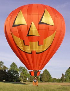 The Albuquerque, New Mexico balloon festival, known as the Albuquerque International Balloon Fiesta®, is the world's largest hot air ballooning event. Air Ballon, Hot Air Balloon, Comic Cat, Sky Ride, Balloon Pictures, Halloween Supplies, Halloween Balloons, Parasailing, Balloon Rides