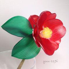 椿(ツバキ)の簪になります花と蕾のお色はレッド中央はイエローとなります。葉はグリーン浴衣や着物にも。全長 約18cmつばき 約7cmかんざし 約14.5cmつぼみ 約3cm葉 約6.5cm素材はプラバンです『秋色ハンドメイド2016』『夏休みハンドメイド2016』こちらの商品は着色後にニス止めとレジン加工しております。とても繊細な商品ですので気をつけてお取り扱いください箱に入れての発送となります。一つ一つ丁寧に作っておりますがハンドメイドの為若干の色の濃さ、形が違います神経質な方はご遠慮ください『冬支度ハンドメイド2017』