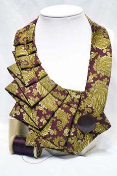Une nouvelle torsion sur la cravate ancienne ! :) Les cravates upcycled faire une déclaration audacieuse et agrémenter un peu « ! » à votre garde-robe quotidienne. Essayez-le avec le classique T-shirt blanc & Jean, toute couleur de débardeurs, chemises à col et robes même casual. Il est sûr de faire une impression ! Il s'attache avec velcro pour faciliter l'usure et l'enlèvement. La bonne nouvelle est que pas deux cravates sont semblables, donc tout de suite la pensée de vous marcher dans...