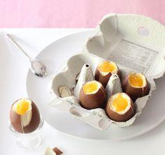 Legen Hühner jetzt auch Schokolade-Eier? Nein, diese mit Cheesecake gefüllten Kinder-Überraschungs-Eier lassen sich ganz schnell selber machen!