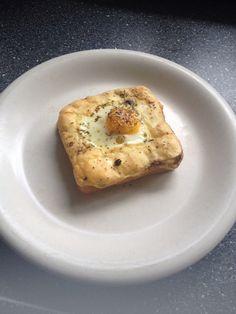 Boterham met een eitje en kaas uit de oven  15 min op 180 graden (hete lucht)