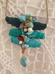 Colar casulo - feito em camurça com cristais, pedras e pérolas (Adriana Medeiros Bijuterias Artesanais)