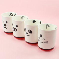 Conjunto kawaii de tazas animales pensadas para que disfrutemos cada mañana de un simpático desayuno. Están realizadas en cerámica y disponibles en 4 modelos diferentes: perro, cerdo, oso panda y gato.