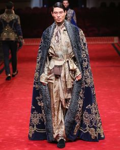 Dolce & Gabbana took to Milan's famous La Scala opera house to stage its spring 2017 Alta Sartoria collection. The couture outing takes inspiration from Italian… Haute Couture Style, Couture Mode, Couture Fashion, Runway Fashion, Dolce & Gabbana, Fashion Moda, High Fashion, Luxury Fashion, Fashion 2020