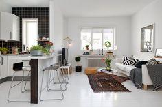 Na pierwszy rzut  oka  te dywany nie powinny tu pasować, a pasują...  Stockholm Apartment-01-1 Kindesign