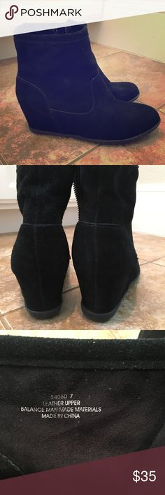 Minnetonka leather wedge booties 💝 These ankle booties with a wedge are super cute and in EUC. No signs of wear besides a bit on the soles. Only worn a couple of times and super comfy!! Solid black leather with a suede look. Perfect for fall 💝 Minnetonka Shoes Ankle Boots & Booties