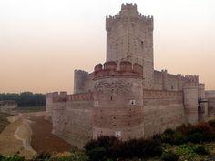 Самые интересные испанские замки:амок Ла-Мотта     Эта реконструированная фортификация своими корнями уходит в 11 век. На протяжении долгого времени владычество над ней оспаривали короли Кастилии и Арагона, чтобы властвовать над областью Медина-дель-Кампо, и в 15-м столетии замок окончательно стал кастильским. Одно время он был тюрьмой, где содержались такие легендарные личности, как Эрнандо Писарро и Чезаре Борджиа.