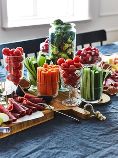 Juhla-ateria ilman ruoanlaittoa - IKEA Party Platters, Cheese Platters, Party Buffet, Brunch Buffet, Brunch Food, Party Trays, Meat Recipes, Appetizer Recipes, Dinner Recipes