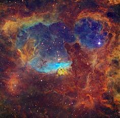 Registrada pela equipe do projeto espacial Chart32, a imagem mostra estrelas massivas dentro da NGC 6357, um complexo de nebulosa de emissão expansiva a cerca de 6.500 anos-luz de distância, na direção da cauda da constelação de Escorpião