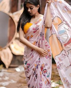 We've watched an Indian movie even once in our lives and we've all been charmed with these colorful traditional outfits, saree styles. Beautiful Girl In India, Beautiful Saree, Beautiful Indian Actress, Indian Beauty Saree, Indian Sarees, Floral Print Sarees, Printed Sarees, Saree Poses, Saree Photoshoot
