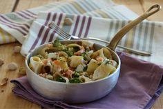 Calamarata con broccoli, salmone e pistacchi, un primo piatto facile da preparar e gustoso. Adatto da servire a Natale e durante le prossime Feste,