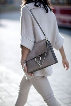 The Faye Bag from Chloe is the perfect bag for everyday use. It comes in many colors and can make a neutral outfit look like perfection. Chloe Bag, Sac Chloe Faye, Faye Bag, Chloe Chloe, Style Work, Mode Style, Armani Prive, Fashion Handbags, Fashion Bags
