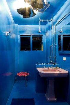 TrendHome: Humberto Campana's Apartment [Sao Paulo] Mood Board Inspiration, Interior Architecture, Interior And Exterior, Studio Foto, Blue Bath, Kitchen And Bath Design, Space Interiors, Dream Bathrooms, Blue Walls