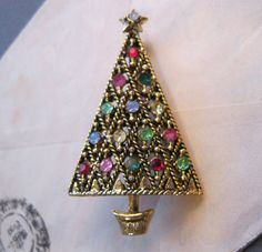 Vintage pins are exquisite works of art. Jewelry Christmas Tree, Christmas Glitter, Jewelry Tree, Christmas Nativity, Vintage Christmas, Xmas Tree, Christmas Trees, Christmas Holidays, Vintage Pins