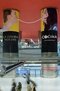 Cool ambient marketing for Canal Cocina @ Metro Madrid Guerilla Marketing, Street Marketing, Marketing Viral, Out Of Home Advertising, Clever Advertising, Advertising Campaign, Advertising Design, Marketing And Advertising, Funny Commercials