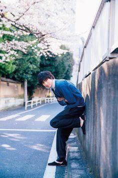 wore black like a breath. Cute Japanese Boys, Japanese Babies, Pretty Korean Girls, Japanese Men, Kasumi Tendo, Kentaro Sakaguchi, L Dk, Boy Walking, Kento Yamazaki