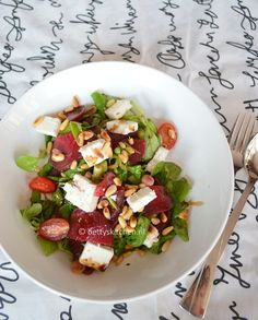 summer salad from Beetroot, lettuce, spinach and fetacheese! (recipe in Dutch) Food Vans, Lunch To Go, Happy Foods, Beetroot, Summer Salads, Caprese Salad, Lettuce, Gluten Free Recipes, Barbecue