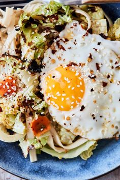 Cabbage Noodle Bowls with Fried Eggs This delicious cabbage noodle bowl is filled with charred cabbage pickled carrots a simple dressing and a fried egg A perfect light d. Vegetarian Cabbage, Vegetarian Recipes, Cooking Recipes, Pasta Recipes, Cabbage Recipes, Vegetarian Dinners, Buckwheat Soba Noodles, Gluten Free Noodles, Pickled Carrots