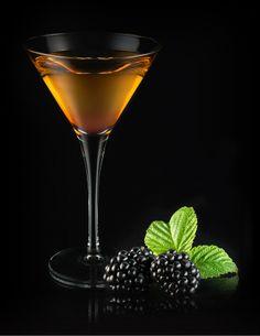 Leading Lady : Recette cocktail jus de pomme et Calvados par Calvados Cocktails. Dans un shaker, mélanger les ingrédients puis verser dans verre à cocktail. Compléter avec le Chambord. Décorer avec 3 mûres.