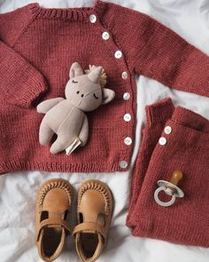 Ellen's Coming Home Set – PetiteKnit Kids Knitting Patterns, Knitting For Kids, Baby Set, Drops Design, Drops Karisma, Crochet Baby, Knit Crochet, Baby Barn, I Cord