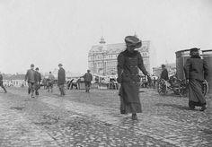 Hameenhelmaansa kannatteleva nainen kulkee kauppatorin yl… | Flickr