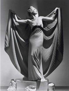 В 30-е годы вся мода творилась в Париже. Коллекции модных домов представляли «манекены» — шикарные изящные девушки с прекрасными манерами и воспитанием, говорящие на нескольких языках. Их фото публиковали в Vogue и других модных журналах. Тогда профессия манекенщиц была…