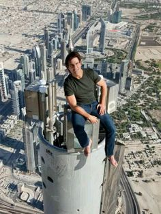 Real or Photo-shopped? Tom Cruise sitting on the very top of the Burj-Khalifa (the world's tallest building) with apparently NO safety harness. Tom Cruise you mentalist! Tom Cruise, Mark Hamill, Sylvester Stallone, Carrie Fisher, Nicole Kidman, Mission Impossible Ghost, Ghost Protocol, Wow Photo, Jet Li
