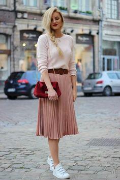 Découvrez mon article Et si on mixait le rose et le rouge ? sur Jess Me Up Long Skirt Outfits, Modest Outfits, Modest Fashion, Stylish Outfits, Fall Outfits, Pleated Skirt Outfit, Pleated Skirts, Modest Wear, Look Fashion