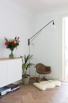 Roomin is an online interior design inspiration platform. Lampe Tube, Photo Lamp, Ikea Interior, Eames Chairs, Scandinavian Home, Antique Shops, Interior Design Inspiration, Rocking Chair, Old And New